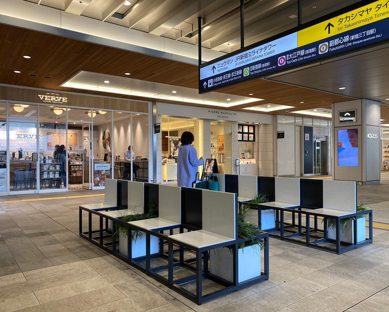 新南改札は時間をつぶせる飲食店も多く、改札出て左手にはベンチ。