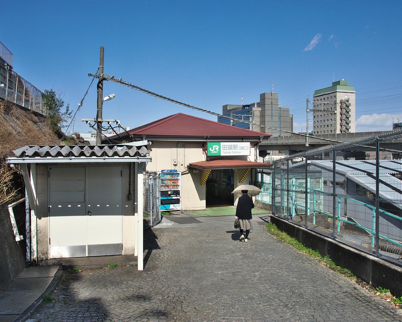 田端駅全体の乗降客数4万7440人。北口駅前にはJR東日本東京支社がある。南口入り口の石畳は同時代築の築地市場の床面と同じ造りだ。