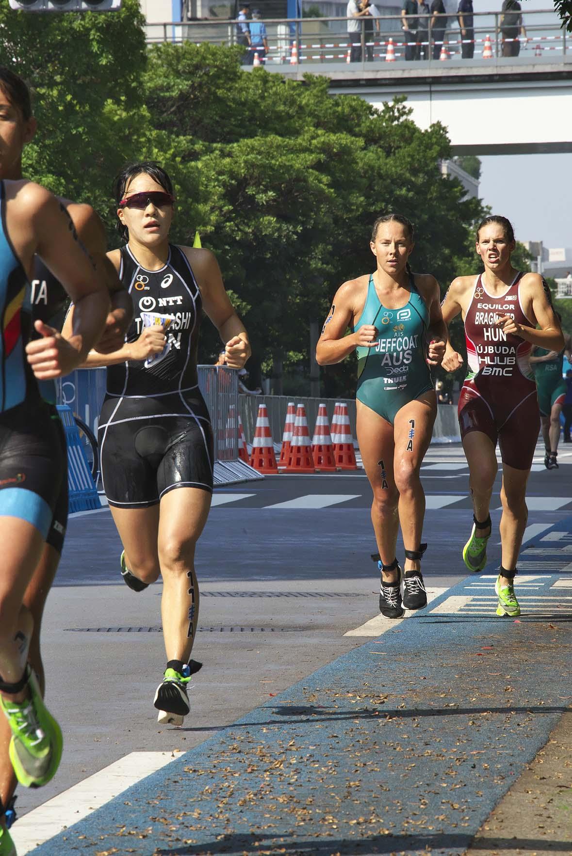 商業施設が立ち並ぶ台場地区や海沿いを走り10km。ほかに新種目の男女ミックスリレーやパラリンピックトライアスロンも。