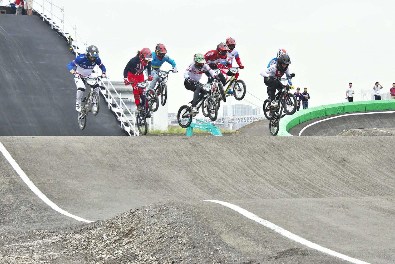 タイヤが20インチと自転車が小さいだけに、選手は全身を使って自在に取り回せる。