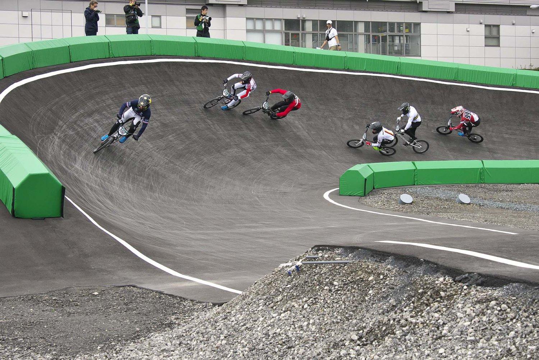 コース面は土とアスファルト。基礎部分は有明体操競技場建設で余った土を活用している。2008年北京大会で正式種目に採用された。