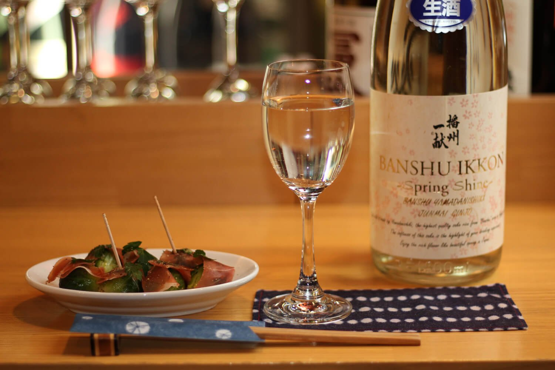 芽キャベツと生ハムのマリネ858円、播州一献 純米吟醸 SPRING SHINE 70mL480円。