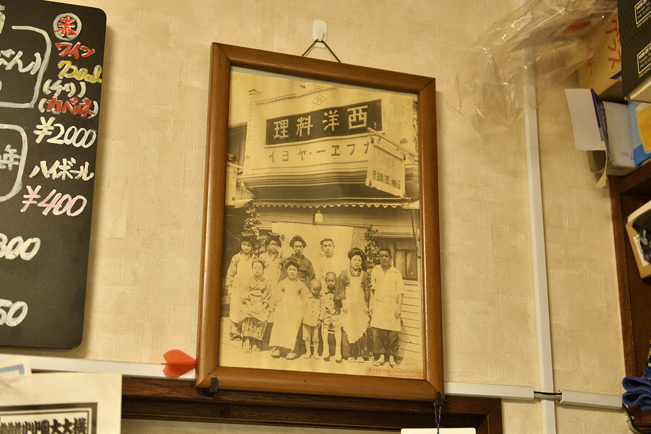 三重生まれのおじいさんの代がこの地に店を開いたのが大正13年。当時はまだ目の前の道は砂利道だったという。「カフェー」を名乗り、看板メニューのカツ丼は当時から提供。