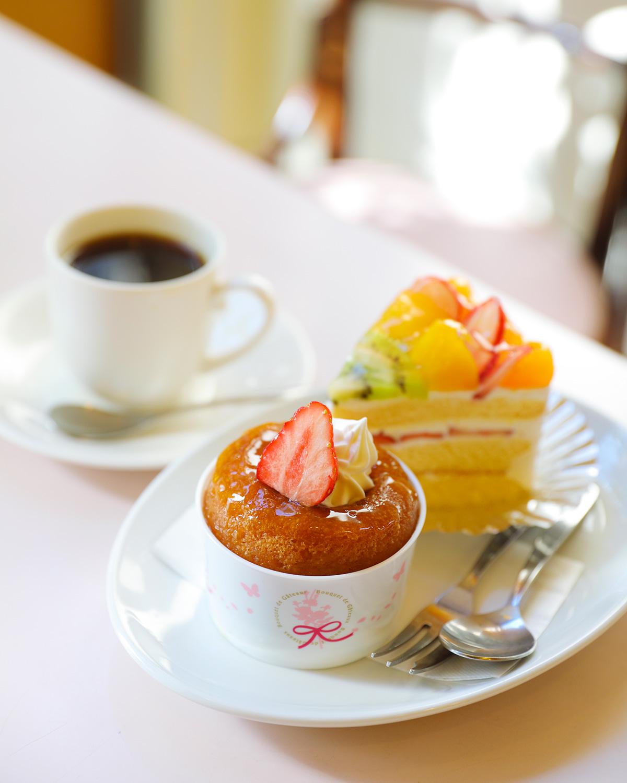 黄色のライトが 胸躍らせる昭和モダンな喫茶室。