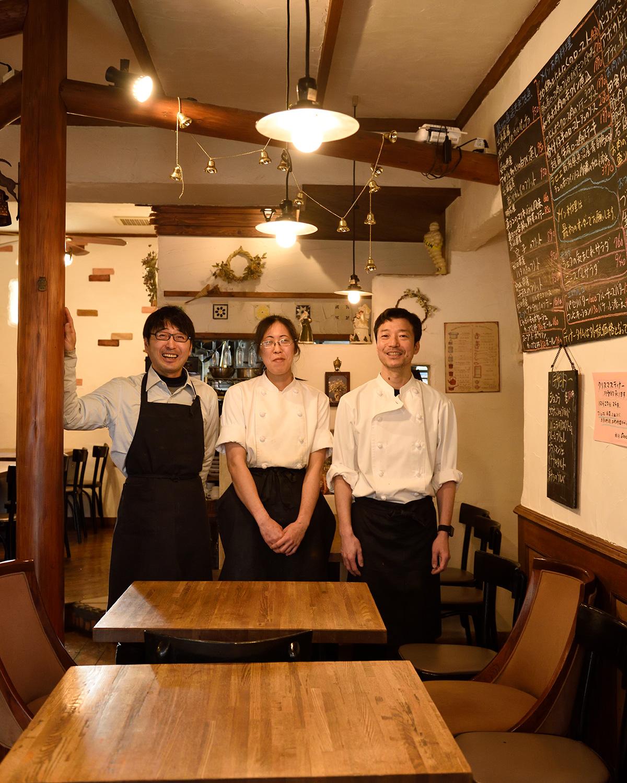 シェフの信太(しだ)康則さん(右)、コックの原子(はらこ)梨香さん(中)、斉藤さん。