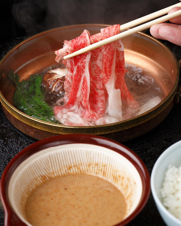 卓に固定された一人前鍋でしゃぶしゃぶ、もしくはすき焼きを堪能できる。