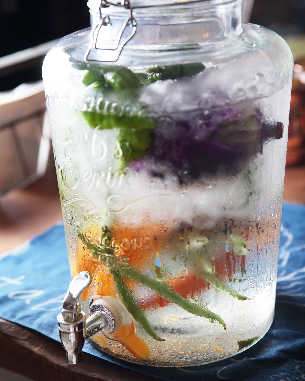 野菜の端切れ入りデトックスウォーターはランチ時セルフサービス。