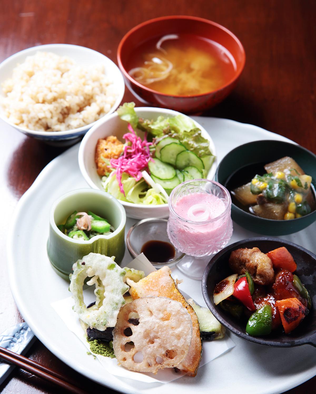週替わりお野菜膳1200円には、田植えを手伝った玄米、自家栽培大豆から作る味噌汁付き。ビーツと豆乳の豆腐、野菜ドレッシングも手作りだ。