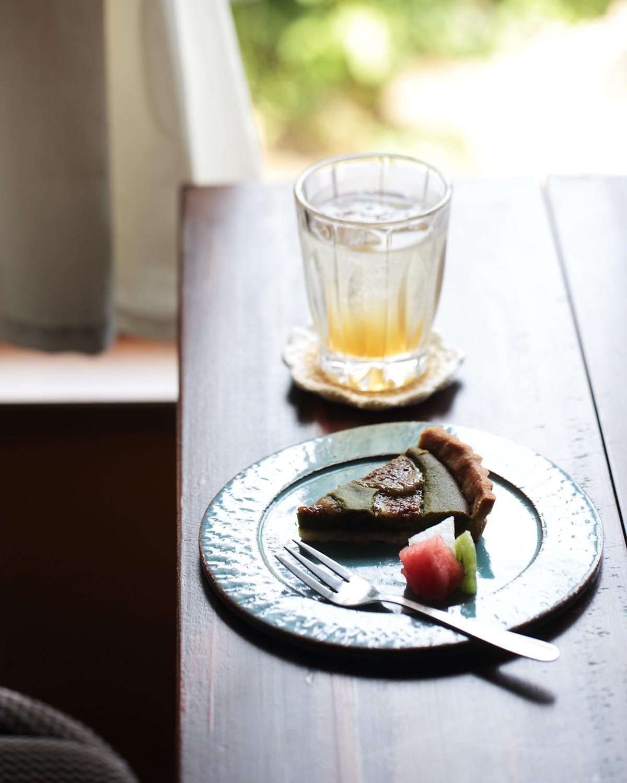 庭で実ったイチジクを使った季節のタルト550円(ランチ注文の場合は385円)と自家製ジンジャーエール660円。