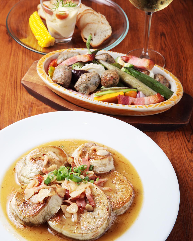 手前から白なすのステーキ780円、柏野菜とソーセージのオーブンやき980円、トウモロコシのムース480円。グラスワイン600円〜。