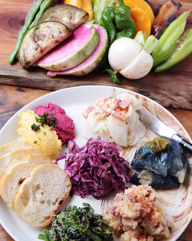 野菜の前菜盛り合わせ7種1500円、畑のちからのバーニャカウダ1200円。