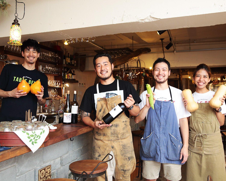 自然派ワインを手に持つ安生さんとスタッフたち。