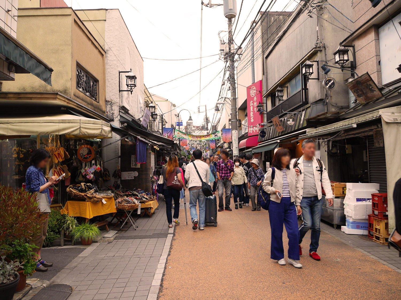 日暮里駅の西側、谷中銀座商店街。地元の人も海外の人も多い(平常時)。