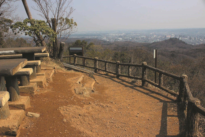 多峯主山山頂。山頂からの眺めはすばらしく、遠く新宿、スカイツリーまで見える。
