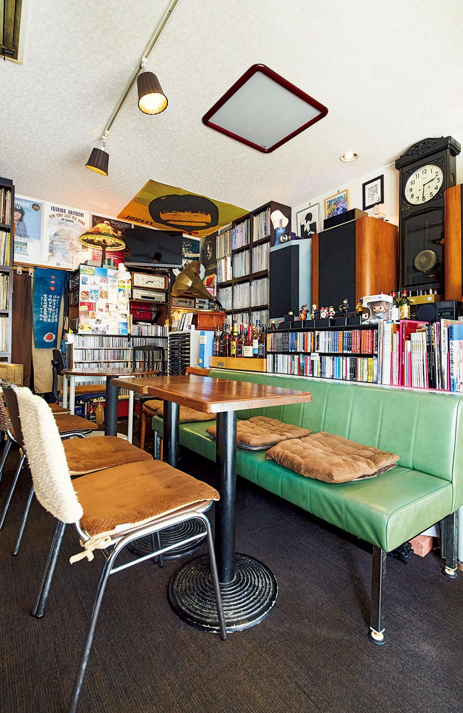 綺麗に整理整頓されたレコードとCD、本に埋め尽くされる店内。研究室のような趣だ。