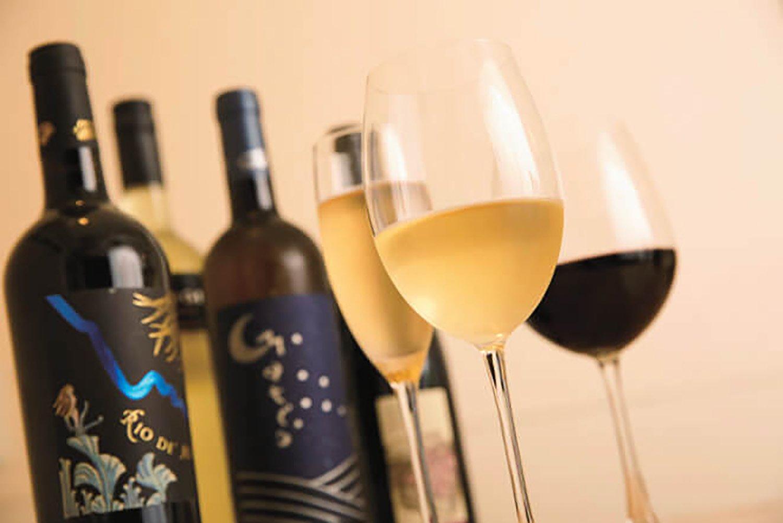 ワインは赤5種、白5種、泡2種が定番。グラス680円~。