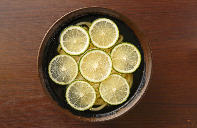 へべすうどん600円(小)日向の平兵衛さんが発見し、自宅で栽培したから平兵衛酢と名づけられた。果汁が多く、爽やかな酸味が特徴。