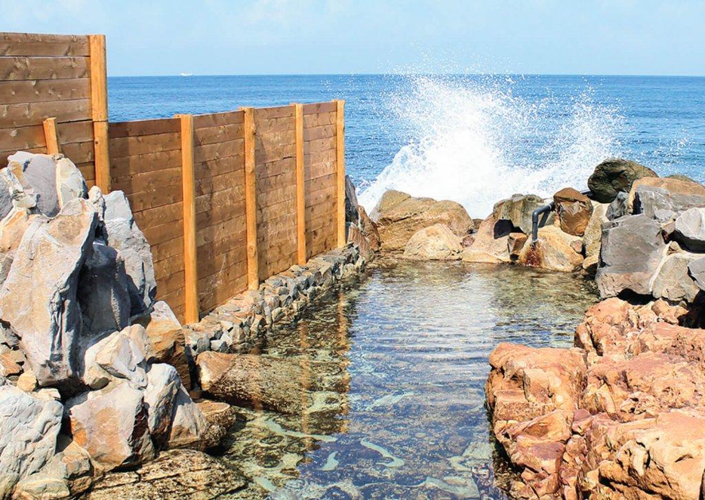 岩に打ち寄せる波を感じて入浴。泉質はナトリウム-塩化物温泉。