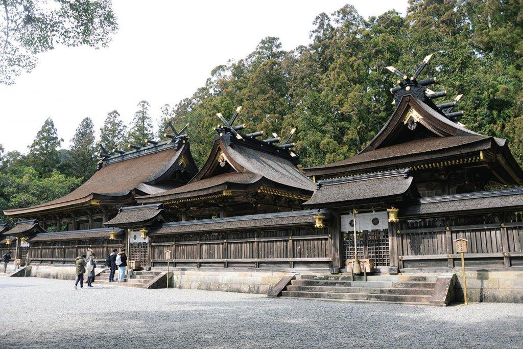 檜皮葺きの社殿。右から2番目の第三殿が証誠殿(しょうじょう でん)。