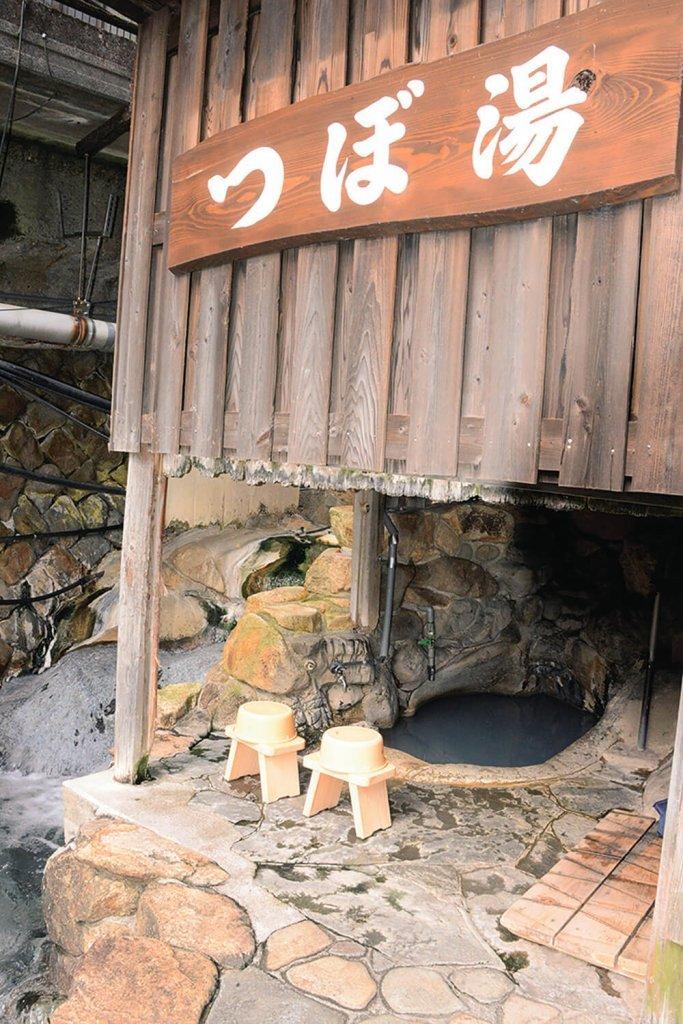 「つぼ湯」は谷あいに湧き 1日に 7度色が変わるという天然の岩風呂。