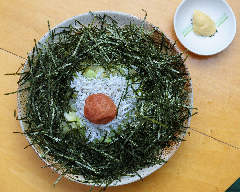 冷しらすとキャベツのせうどん(1000円)。噛み応えある吉田のうどんに、シャキッとして甘いキャベツと、しらすの塩味が加わることで、深い味わいを生む。