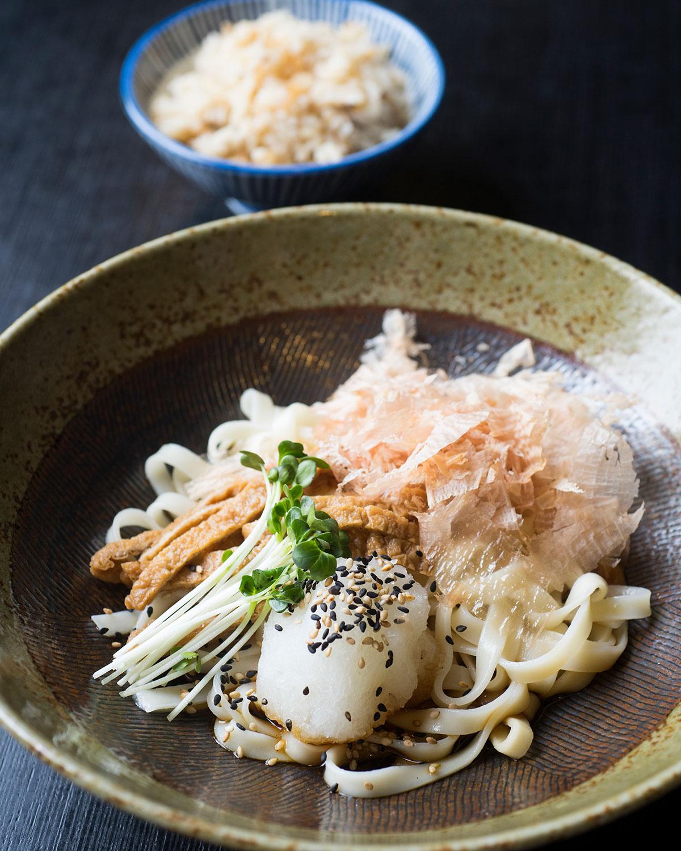 きしころセット (きしころ+季節のかやくご飯) 780円はランチタイム限定の一品。かつお出汁にたまり醤油とかえしを加え、関東でもなじみやすい味に仕立てる。