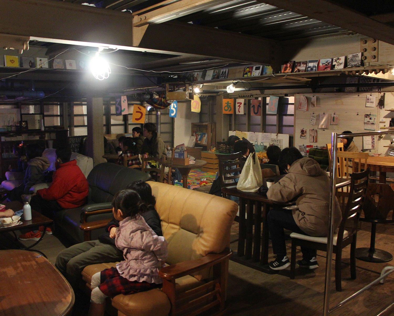 建物2階のスペース。食事をしながらくつろいでいる家族が多い。
