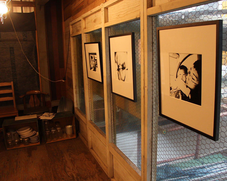 """取材日は建物2階で盛山さんの写真も展示していた。なお盛山さんのご主人は写真家の齋藤陽道さんで、佐藤雪乃さんの兄。ともに""""ろう""""の写真家である2人のドキュメンタリー映画『うたのはじまり』は今年2月22日から順次公開中だ。"""
