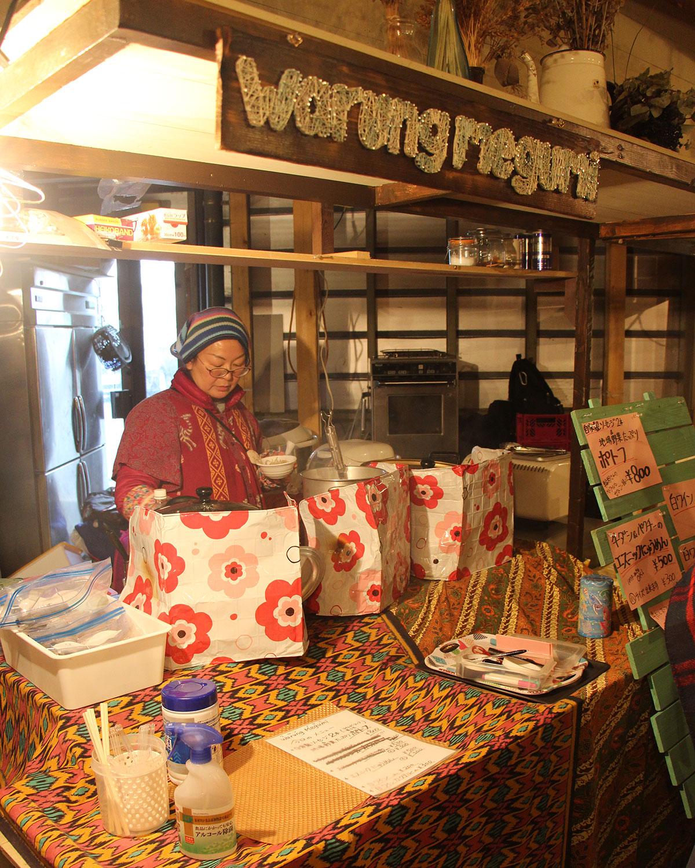 Megumiさんのインドネシア料理の店『Warung Megumi』では、手作りソーセージを使ったポトフなどを販売。ろう学校に通う子供たちもお店をお手伝い。