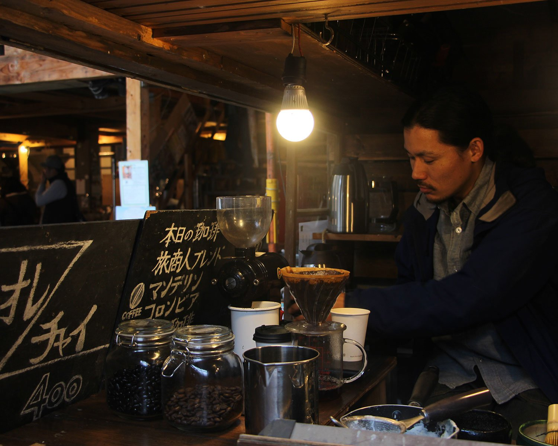 木造キャンピングカー兼移動式カフェでコーヒーを販売する亮章(りょうしょう)さん。スケボーで日本縦断(鹿児島県佐多岬~北海道宗谷岬の3000キロ)というすごすぎる経験の持ち主でもある。