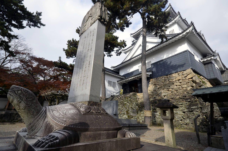 カメに乗る東照公遺訓碑と岡崎城。
