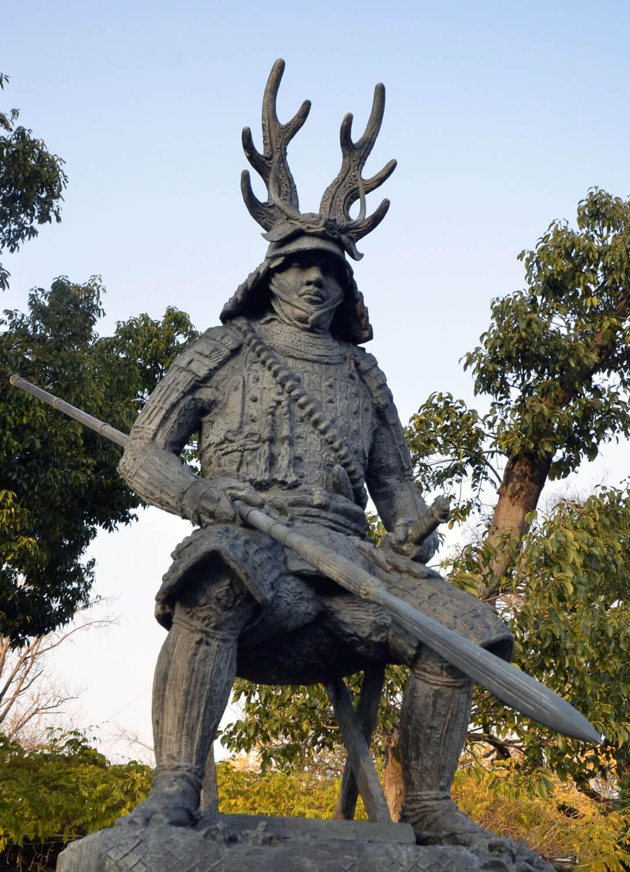 愛用の槍「蜻蛉切(とんぼきり)」を構える本多忠勝の銅像。強そう。