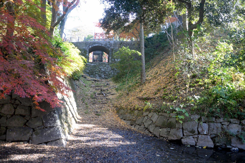 中世と近世の石垣が混在するさまは岡崎城の見どころの一つ。田中が築かせた場所を探そう。