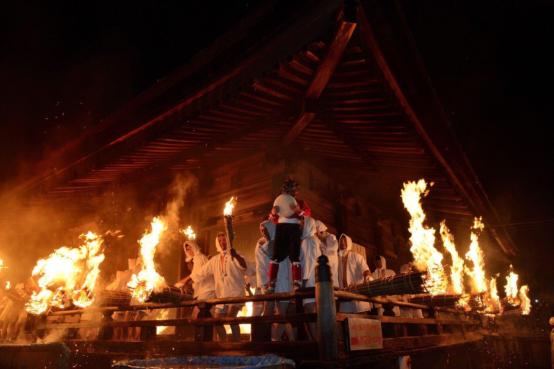 国の重要文化財である本堂で松明が燃え鬼が乱舞(写真提供=岡崎市観光協会)。