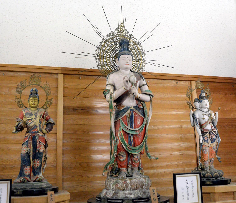 聖観音菩薩、梵天、帝釈天の三尊像は運慶作。宝物殿で。