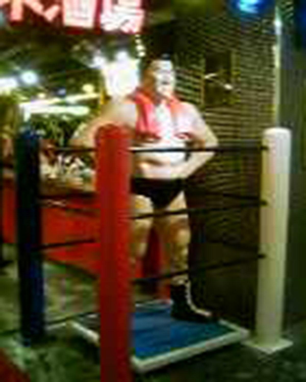 アントニオ猪木酒場の猪木人形(2008年ガラケーで撮影・新宿)