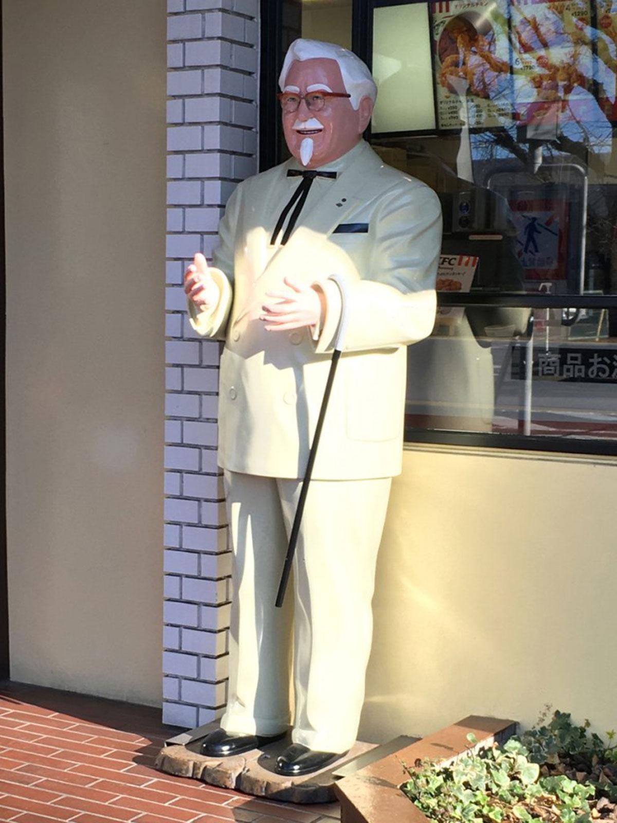 ケンタッキーフライドチキン店頭にいるカーネル人形(2020年撮影・西八王子)
