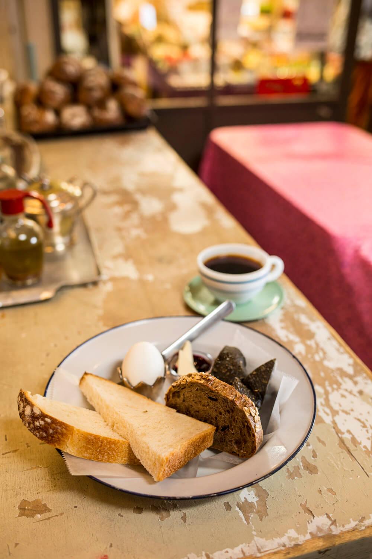 食パン、マルチシリアル、ハーブソルトのフォカッチャと竹炭など。モーニング660円はバター&ジャム、ドリンク付き。卓上のハチミツ、ハラペーニョオイルをかけても◎。