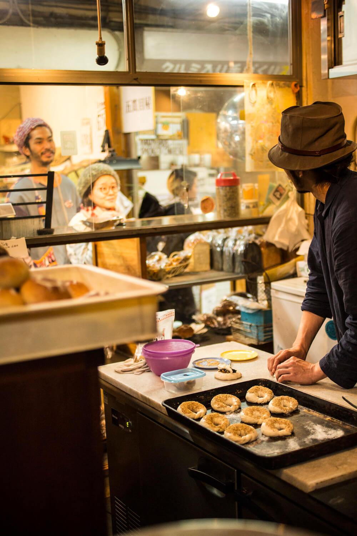 焼き上がり香ばしいパンが並ぶ。
