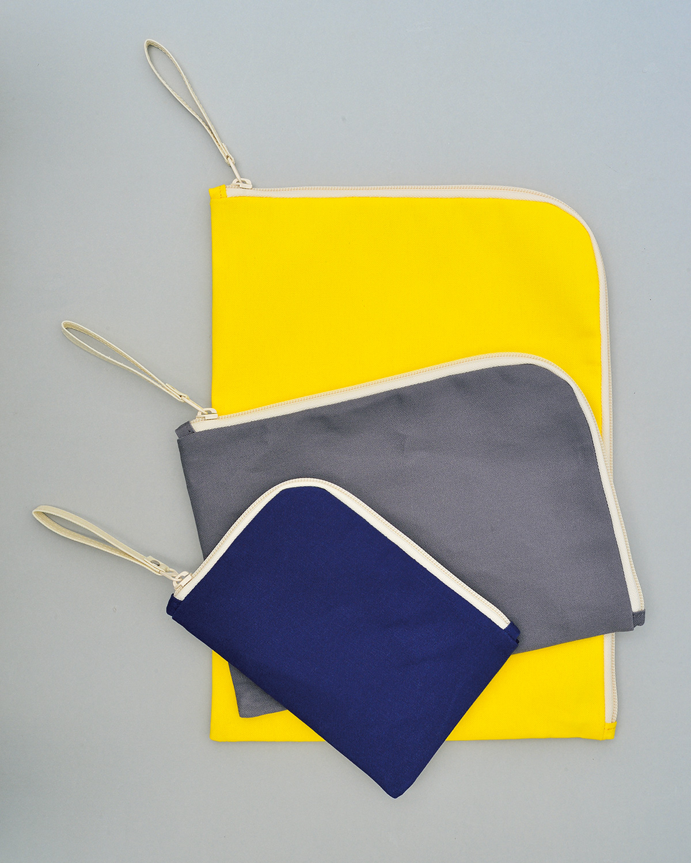 Filing Pouch。屋外用テントの樹脂撥水加工をした国産綿帆布を使用。工夫された中の仕切りで機能性を向上。ちょっとした旅行などにも重宝する。3サイズA6・3080円~A4・4400円。