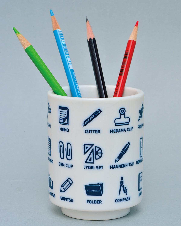 BUNGU YU-NO-MI。余計なカップをペン立てに使うのはよくあること。ならばと湯飲みに文具アイコンを絵付けしたペン立て。むろん湯のみとしても利用できる。2750円。