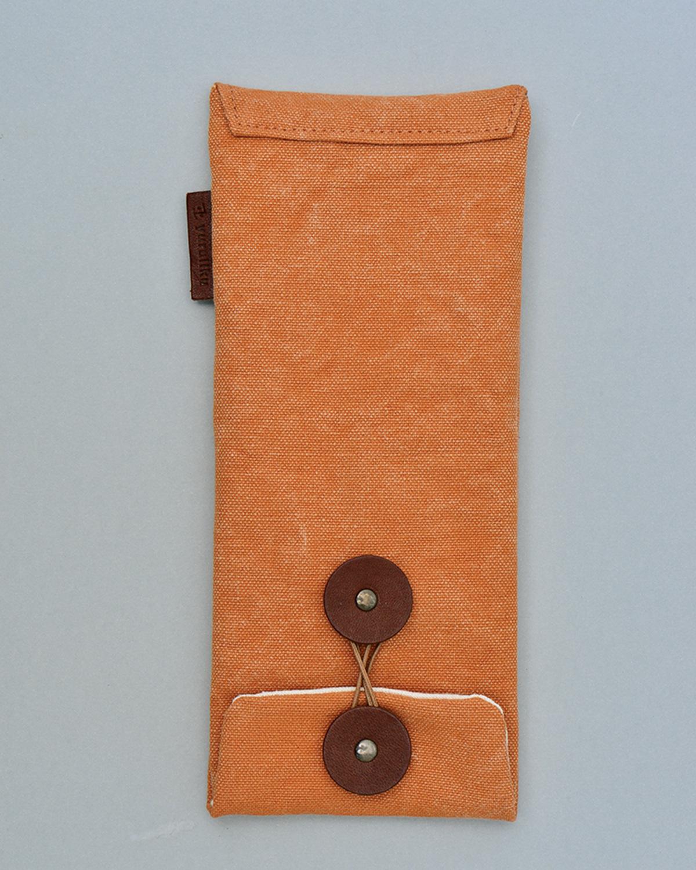 FU-TO case Pen。タンニン染め帆布を用いた丈夫な封筒形ケース。ほかの持ち物ともマッチしやすい控えめな造型で、使い込むにつれて味わいも増す。ほかにもサイズ色々。4180円。