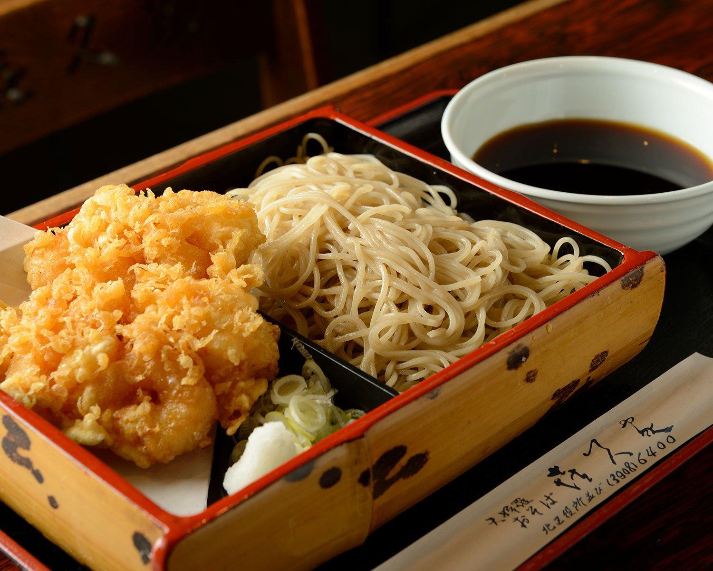 かき揚げ天もり1100円はワサビ代わりに大根おろしが添えられる。