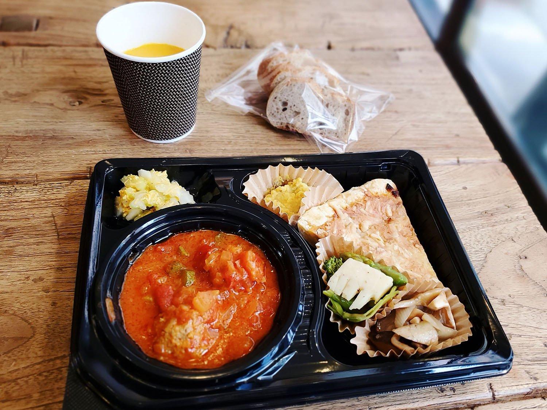 デリランチプレート。スープ付きテイクアウト価格1100円(税別)