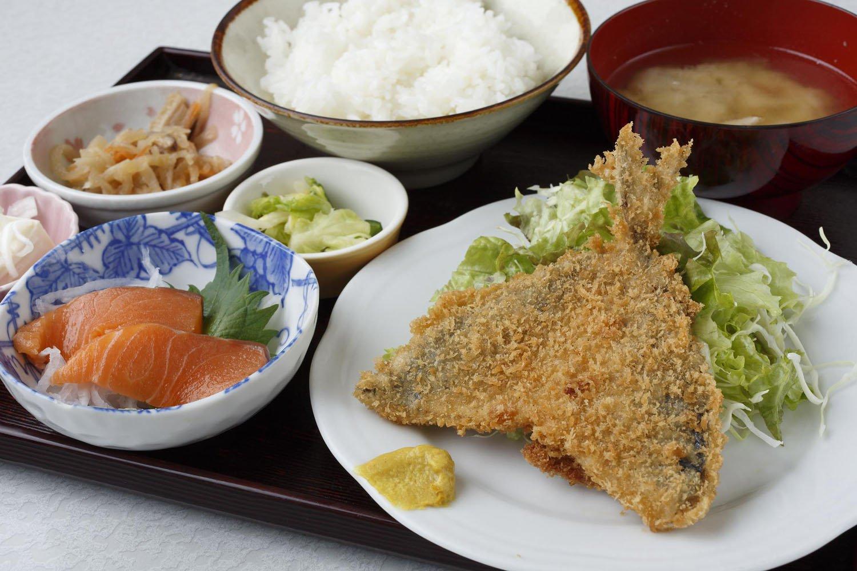 アジフライとサーモン刺し定食500円(数に限りあり)。
