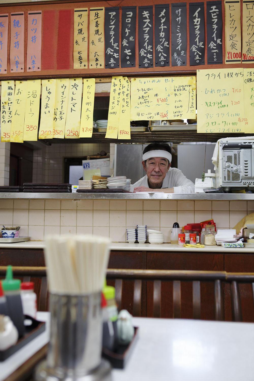 清水さん。夜には酒と小鉢2品付きのちょい飲みセット500円も出す。