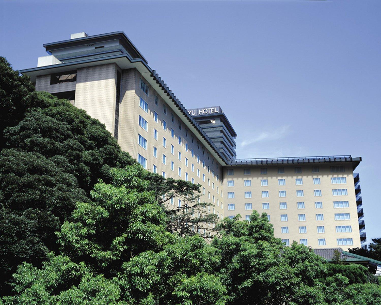 「東京ヒルトンホテル」は、日本初の外資系ホテルとして1963年に誕生。1966年6月29日、羽田空港に降り立ったビートルズ4人はこちらに移動し、会見を開いた。(写真は2003年ごろの外観)