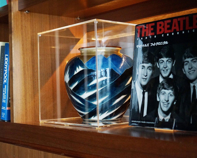 ビートルズが部屋で和やかに過ごしている写真の中には、この壺が写っているものもある。ビートルズ4人の姿を知る、貴重な品だ。