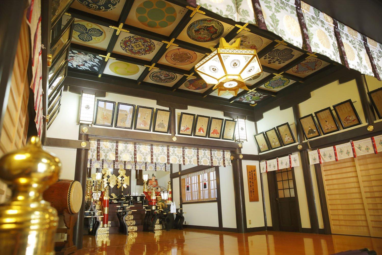 本殿内の三十六歌仙の絵。事前の拝観予約はできないが、当日、特別な行事がなければ見せてもらえる。