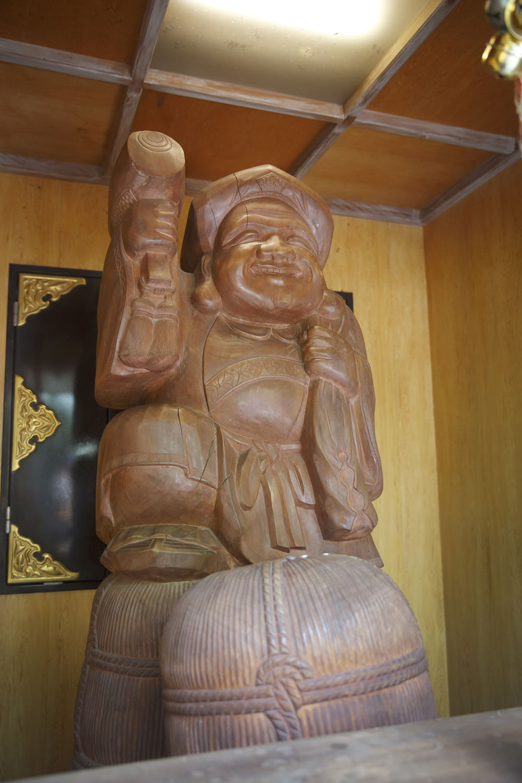 末社に祀られる大黒様の像。撫でると願いが叶うと、お参りした人々の側から言われるようになった。